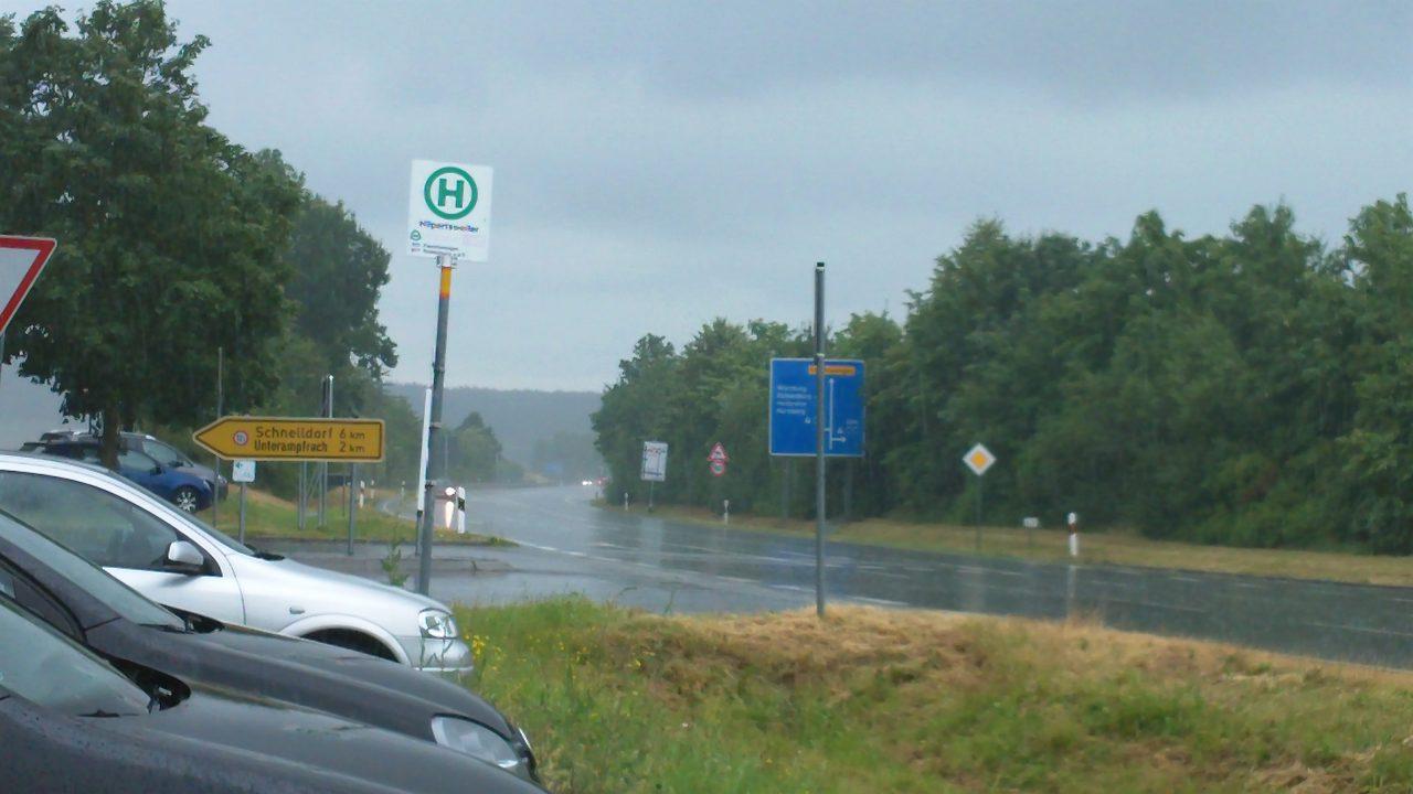 Blick auf ein Autobahnschild bei regnerischem Wetter