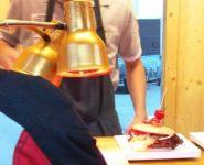 Hamburger unter Rotlichtlampe