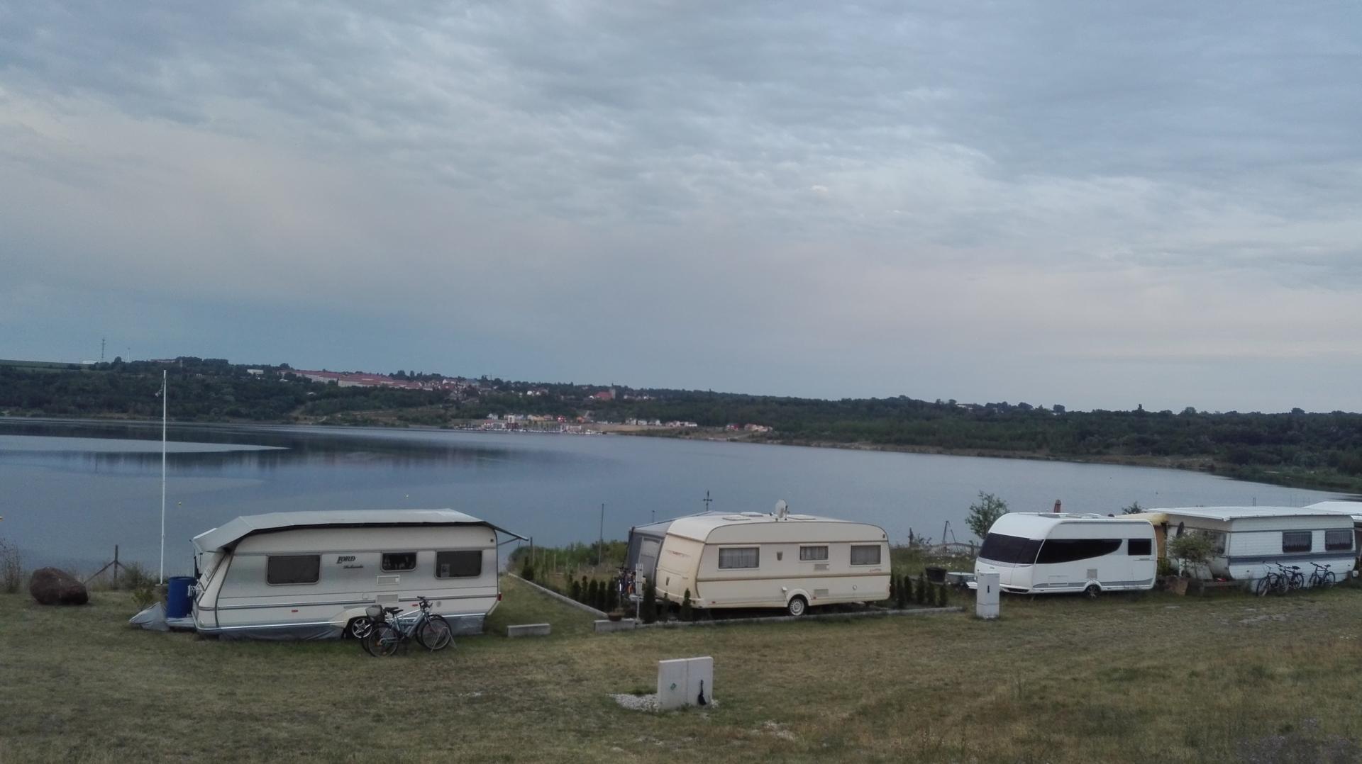 Sicht auf den See durch Wohnwagen mit Vorgarten behindert.
