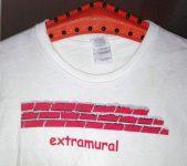 Shirt bedruck mit Backseinmauer und Schriftzug exxtramural