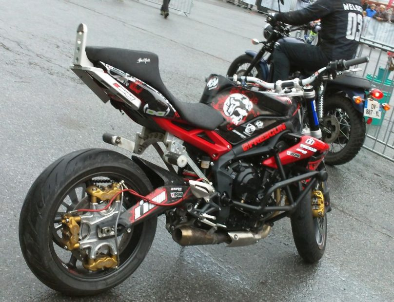 Motorrad mit zusätzlicher Bremsen